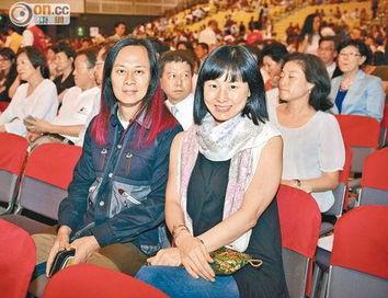 ...轮真弓32年后重临香港开唱 赞徐小凤演绎出色