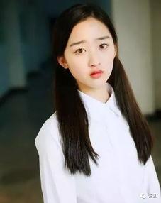 晓彤12岁拍《飞轮漂移少年》时是长这样的.   姑娘名叫邓恩熙,感觉...