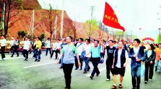 ...会会员3000多人参加.       摄 -黔南州开展健步走活动 3000多名工会...