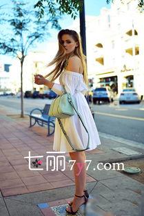性交肉图-白色露肩连衣裙本身就比较的性感,宽松的版型也可以遮肉显瘦,微胖...