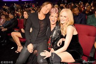 ...歌手Pink和凯莉・克莱森带来同台表演,赛琳娜・戈麦兹身穿白色...