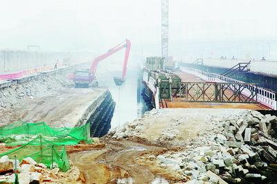 ...台工程机械正在高集海堤改造工程施工工地进行挖掘作业.(    摄) ...