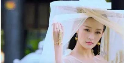 说,李沁的淳儿公主一出场就惊呆... 精致的妆容,淡雅的耳坠以及手上...