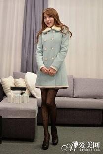 呢子短裙+波点丝袜+高跟鞋   搭配要点:   黑色束腰大衣+粉色波点短裙...
