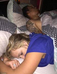 一男三女睡大炕-女朋友和另一个男人在床上熟睡着,这时他冷静地选择先拍照取证.   ...