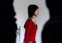 """杭州小女孩脱鞋-这位女生干脆就脱了鞋,光着脚,好象在表演行为艺术.   """"啪""""的一..."""