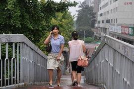 天桥上的行人. -北京 小雨过后 出行未受影响 1 5