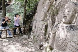 以使这里的两组六尊雕凿于元代的古佛像一直被深林密草所掩盖,无人...