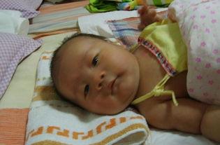 宝宝出生6斤多,20天里涨到11斤,照片表情好惹人爱