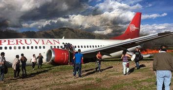 这张手机拍摄的照片显示,3月28日,在秘鲁豪哈市一处机场,人们站...