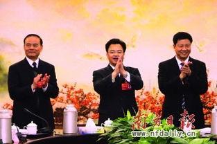 市委书记万庆良和代市长陈建华(右)走访慰问党代表.  摄 -万庆良陈...