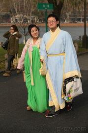 许仙与白娘子 12月23日下午,在西湖断桥走来一对许仙与白娘子