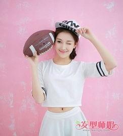 着韩版棒球帽的女生,手拿着橄榄球特别的朝气蓬勃.梳侧扎的中   长...