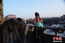 ...不太能接受这种个性化的婚礼形式,于是就通过网络找到了京城一家...