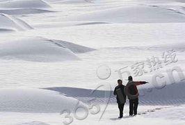 后来的雪-石油钻井架在大雪覆盖的塔克拉玛干沙漠中   新疆塔克拉玛干沙漠出现...