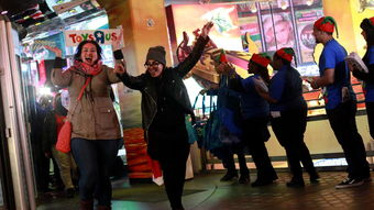 五月丁香啪啪综合激情r- 2015年11月26日,在纽约市时代广场,购物者正涌入Toys R Us店中.