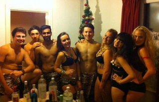 女犯不给穿胸罩-... 英国大学生穿内衣参加舞会惹争议