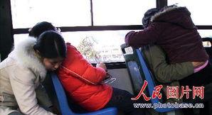 苏州公交车上情侣亲热当众摸下体