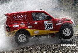 天的比赛有来自北京、云南、广东... 32支队伍的100辆赛车参赛,参赛...