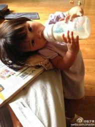 三级吃奶在线-赵子琪女儿歪头喝奶卖萌 叫路金波小波波