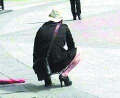 ...料第171期 男子穿 丝袜高跟鞋 街头闲逛被围观