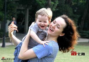 这位俄罗斯妈妈抱着自己的儿子开心得转起圈来.相信每位父母拥抱...