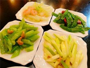 各种东北菜肴风味独特,比如必吃的东北菜地三鲜、凉菜代表五彩拉皮...