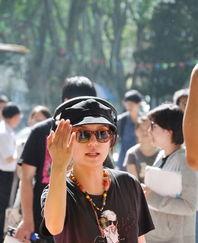 ...K 赵薇在现场指挥,非常有大导演的架势.-女星争当导演监制 美貌...