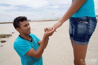 高女人欺负矮男人-身高1.6米的男友在沙滩上向身高2米的Elisany Silva求婚.