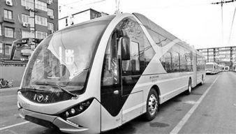 ...7日,新型电动公交车在北京阜外大街公交场站内调试.该款新型电...