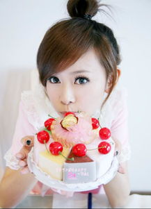 谁给我一张图片,一个漂亮女孩拿着蛋糕的