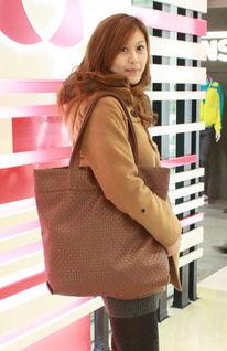 ...量编织包+棕色高跟长靴-街拍上海时尚潮人换季搭配