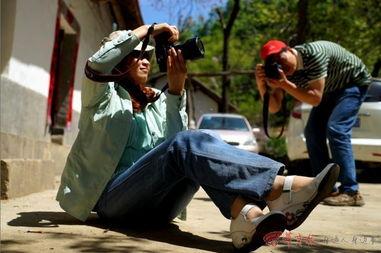 ...镇,华商摄友在大山深处采风,有一位摄友在拍摄画面,可是摄友