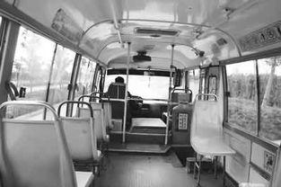 ...空荡荡的801路公交车行驶在高教园区内.张海华摄-学生公交专线缘...