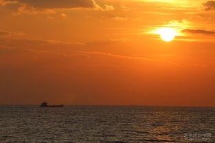 没能看到太阳落在水平面上的壮丽景象也并不遗憾.将近8个小时的航...