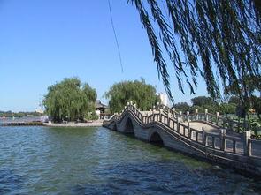 ...近水与晴空融为一色,犹如一幅巨大的彩色画卷.大明湖一年四季...
