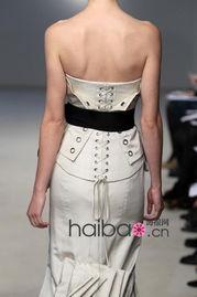 动的褶皱、层层白云般的层叠蛋糕式裙摆、花团锦簇的浪漫立体花饰,...