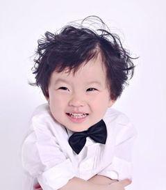 2岁女童短发烫发 儿童烫发发型图片 (400x457)-中分短发卷发发型