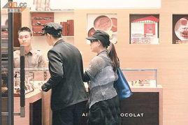 媒体报导,内地演员赵文卓前日现身中环超市,与拉姑在付款处前擦身...