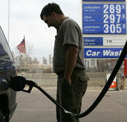 高热世界-...就是省钱 油价高烧不退 全球开车人发愁