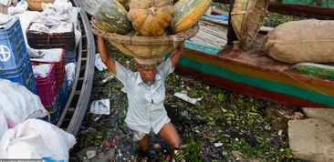 污一点的网名男生-...拉首都达卡一名男子头顶着买来的食物、在齐膝深的污水里穿梭,河...