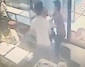 山东两女孩自拍遭暴打 只因被疑偷拍