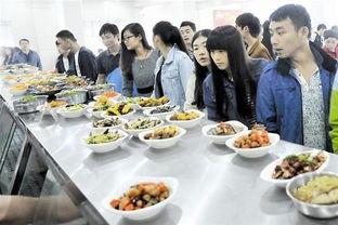 """高校食堂推出1元""""碗碗菜"""" 学生们在食堂内打饭. 记者  摄 -高校食堂..."""