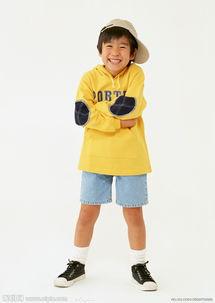 穿着校服的快乐小学生图片