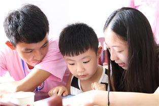 的花朵在阳光下绽放  让孩子们随意涂鸦自己的未来.志愿者手持粉笔,...