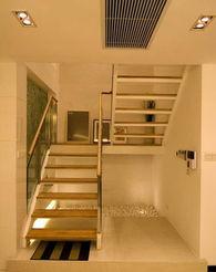 楼梯间隔墙全部打通,背景墙的造型简洁大气.简约之家最怕一片苍白...
