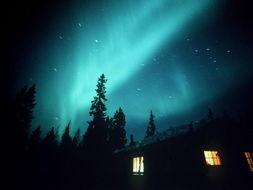 电流进入天空,循环疯狂鞭打,极光就会光芒四射,五彩缤纷,照亮整...
