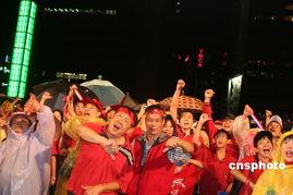 ...警方估计逾36万.图为游行在深夜和平落幕后,部分民众移师台北车...