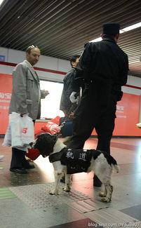 上海地铁老太叫让温馨座 老头怒斥客气点