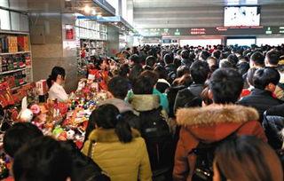 昨日,北京西站第七候车室内挤满等待检票的乘客.有乘客反映,候车...